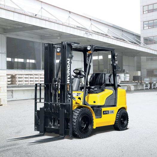 Hyundai 30l-7a lpg forklift working in the warehouse