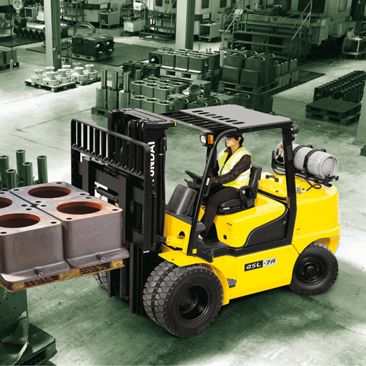 Hyundai 45l-7a lpg forklift operator lifting pallet concrete